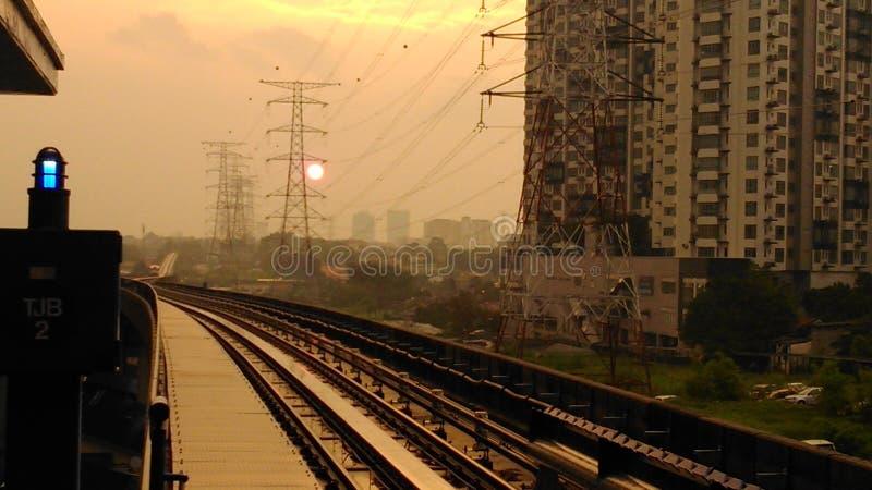 Sole brunastro di tramonto fotografie stock libere da diritti