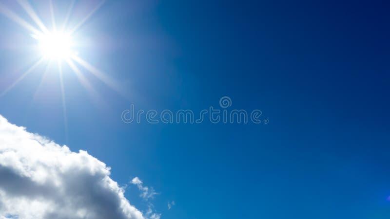 Sole contro cielo blu immagini stock libere da diritti