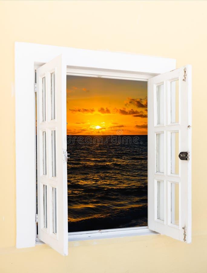 Sole della nuvola della finestra aperta fotografia stock for Disegno di finestra aperta