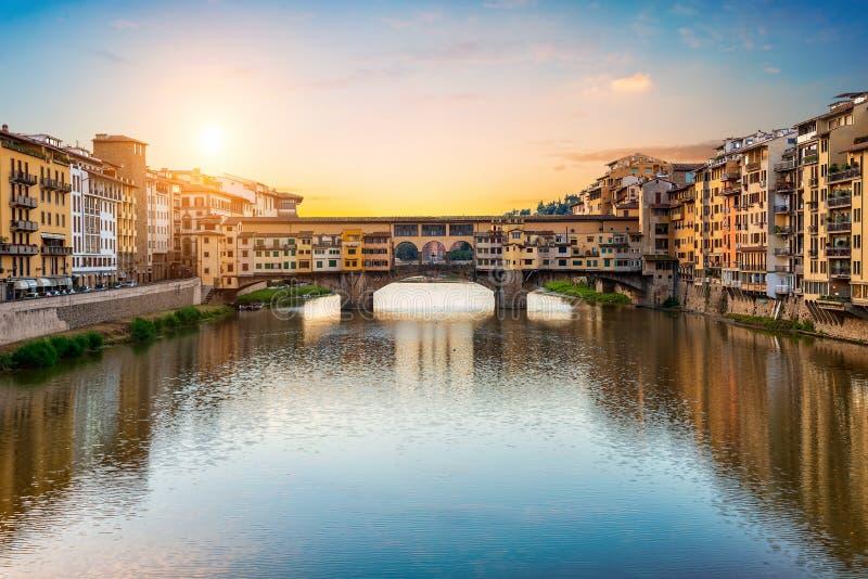 Sole di mattina sopra il ponte di Vecchio immagini stock