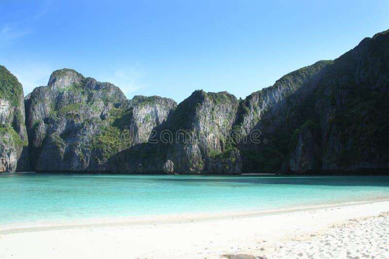 Sole di mattina su una spiaggia vuota immagini stock libere da diritti