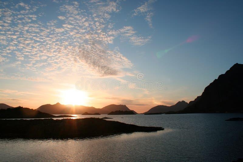 Sole di mezzanotte nelle isole di Lofoten, Norvegia fotografia stock libera da diritti