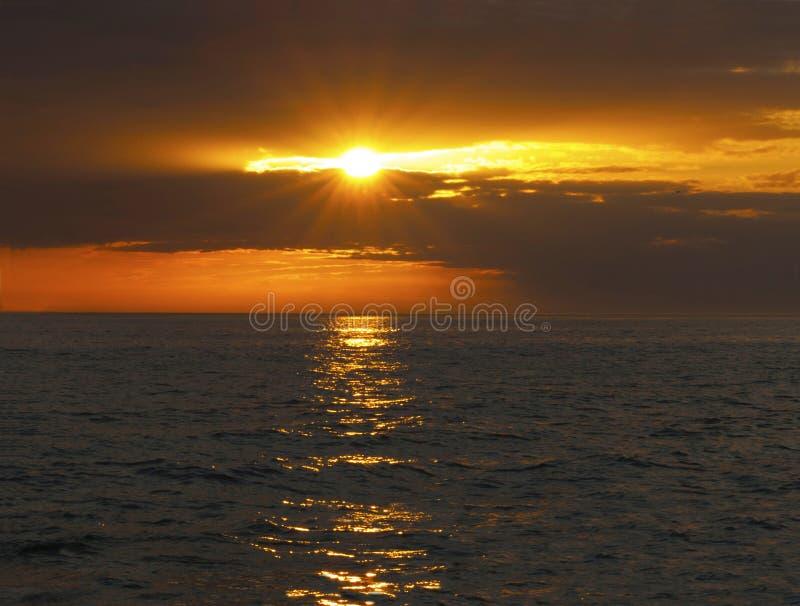 Sole di mezzanotte in Norvegia del Nord fotografia stock
