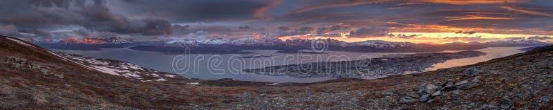 Sole di mezzanotte sopra Tromso fotografia stock libera da diritti