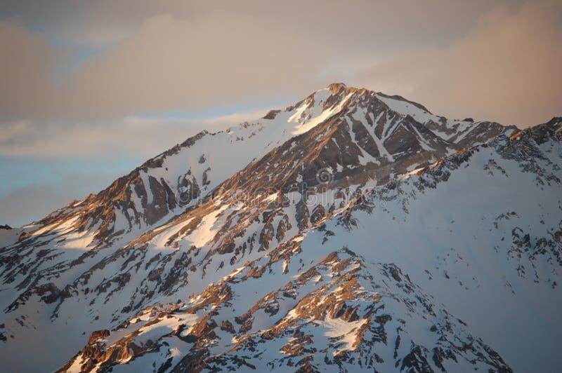 Sole di sera sull'intervallo di montagna innevato, Argentina immagini stock