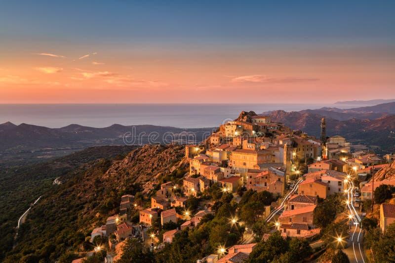 Sole di sera tardi sul paesino di montagna di Speloncato in Corsi fotografia stock libera da diritti