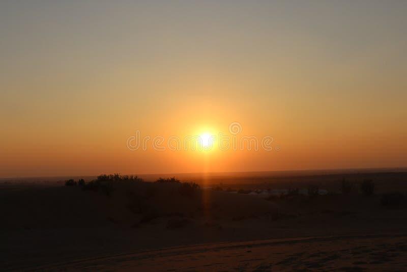 Sole di tramonto della sabbia del deserto fotografia stock libera da diritti