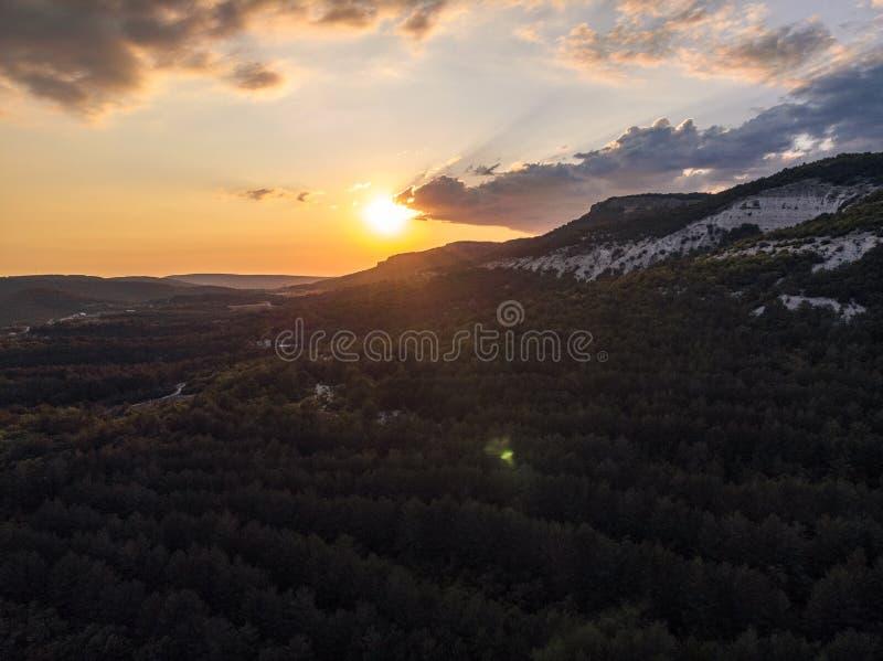 Sole di tramonto sopra le montagne della Crimea immagine stock