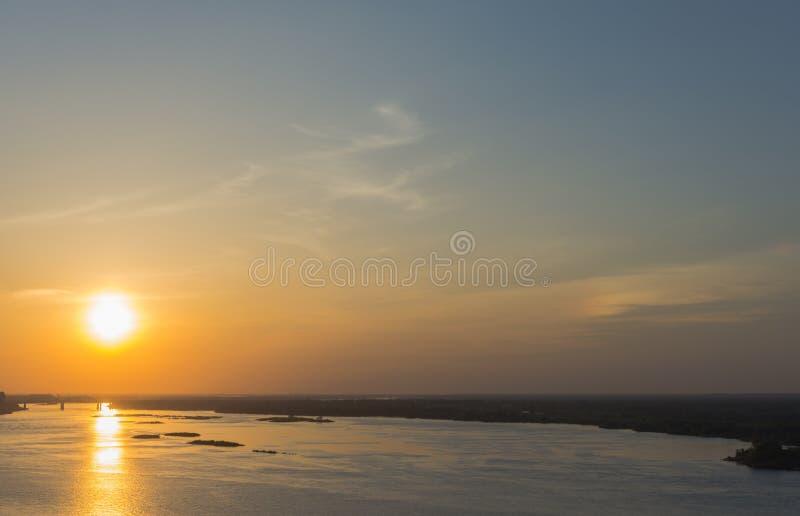 Sole di tramonto sul Volga immagini stock