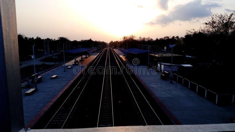 sole e linea ferroviaria immagini stock libere da diritti