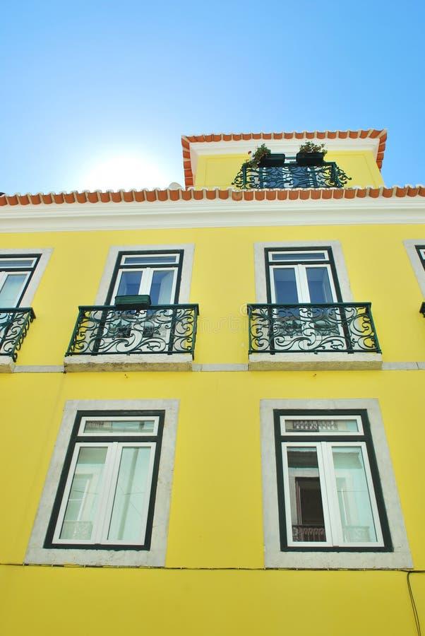 Sole luminoso con una costruzione di casa tradizionale fotografia stock immagine di corsa - Costruzione di una casa ...