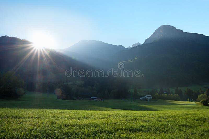 Sole luminoso di mattina sopra la cresta di montagna nelle alpi di allgau fotografie stock