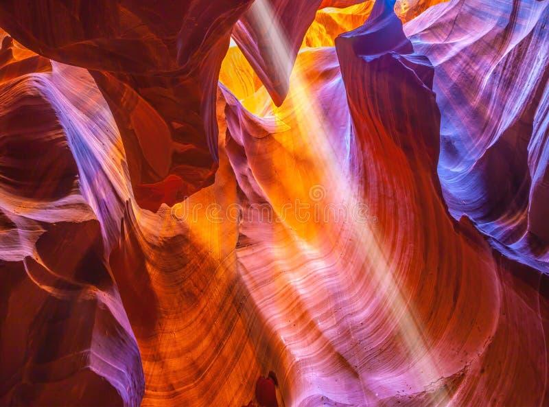Sole magico nell'antilope del canyon della scanalatura immagine stock