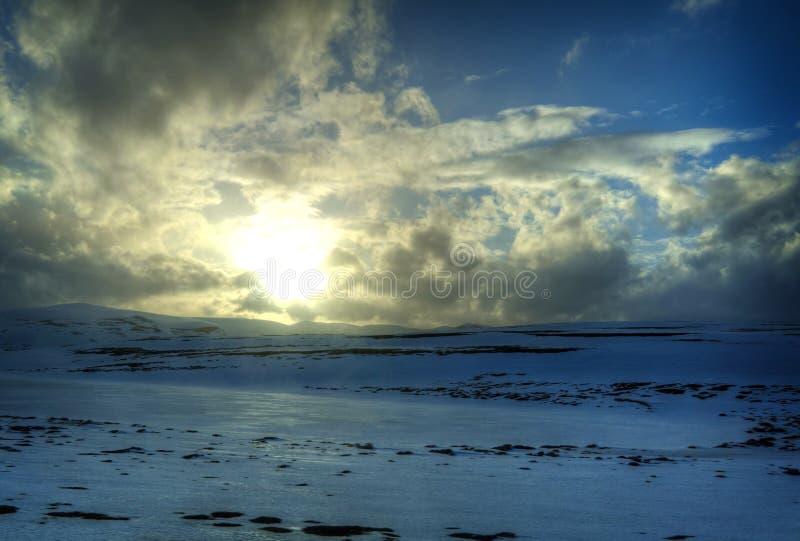 Sole in montagne norvegesi fotografia stock libera da diritti