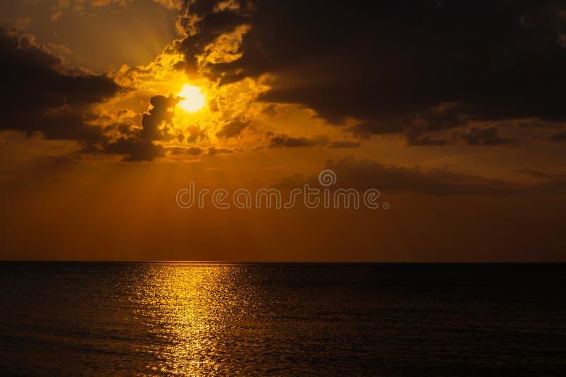 Sole nascosto dietro le nuvole fotografia stock