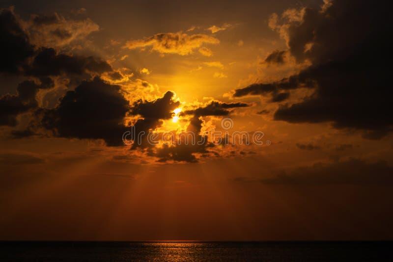 Sole nascosto dietro le nuvole fotografie stock