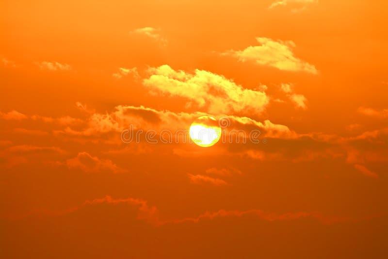 Sole nuvoloso. immagini stock