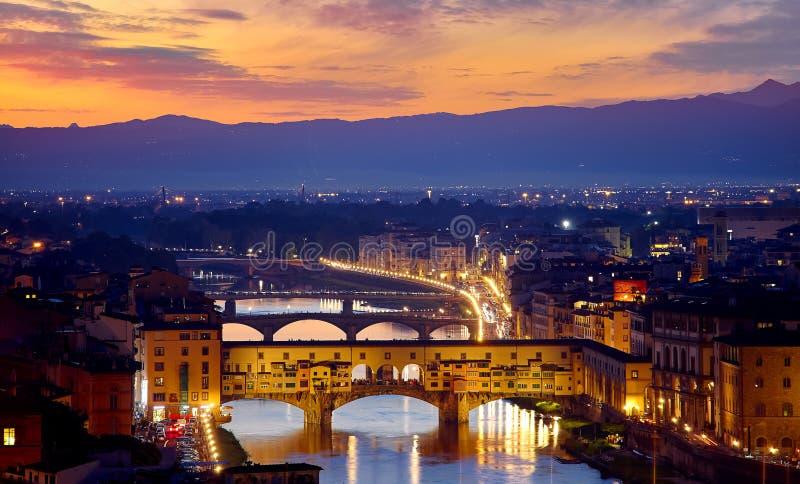 Sole serale a Firenze con ponte Ponte Vecchio fotografia stock