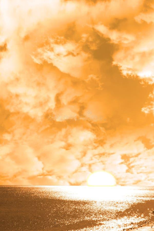 Sole sopra l'orizzonte arancio fotografia stock libera da diritti