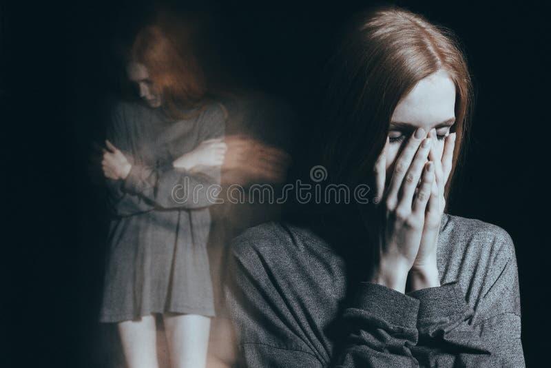 Soledad de forma aplastante de sensación de la muchacha foto de archivo libre de regalías