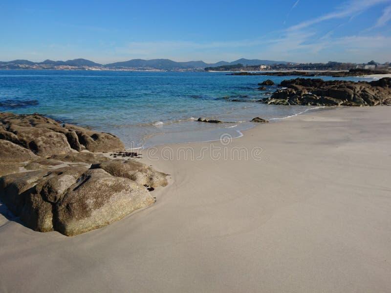 Soledad en una playa reservada al día de invierno soleado fotografía de archivo