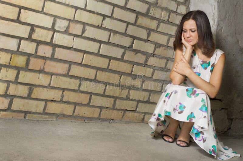 Soledad que busca de la mujer deprimida foto de archivo
