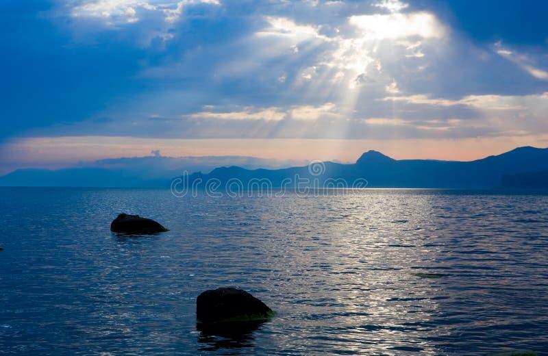 Soleil au-dessus de mer images libres de droits