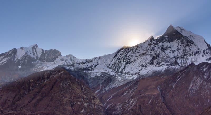 Soleil du sommet de la crête également Machapuchare, Himalaya de queue de poissons image libre de droits