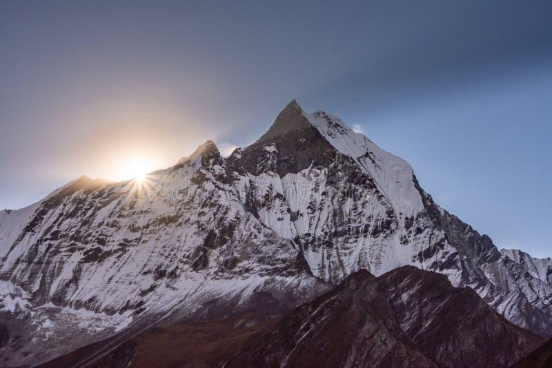 Soleil du sommet de la crête Machapuchare, Himalaya de queue de poissons image libre de droits