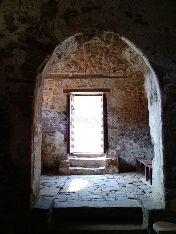 Soleil entrant dans l'église de St Anthony, Albanie image stock