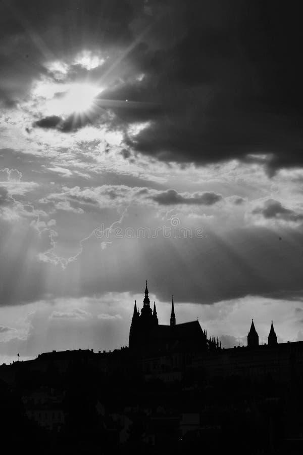 Soleil et silhouette de château de Prague image libre de droits