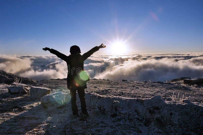 Soleil Levant au-dessus de la mer des nuages photos stock