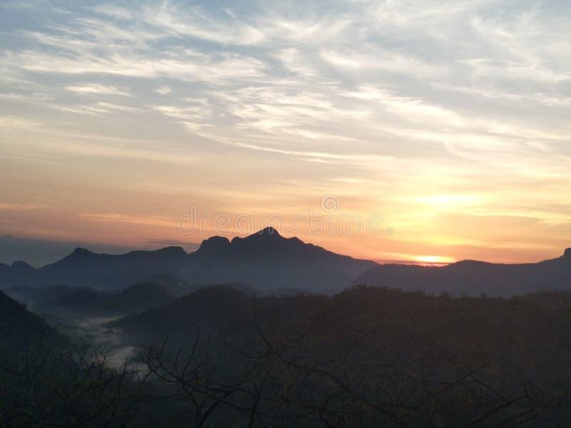 Soleil Levant derrière les montagnes image stock