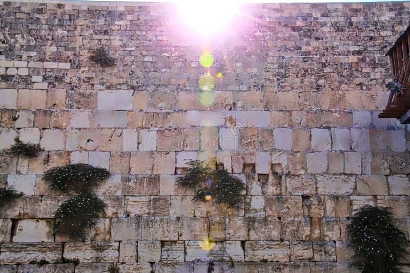 Soleil miroitant sur le mur pleurant à Jérusalem photographie stock libre de droits