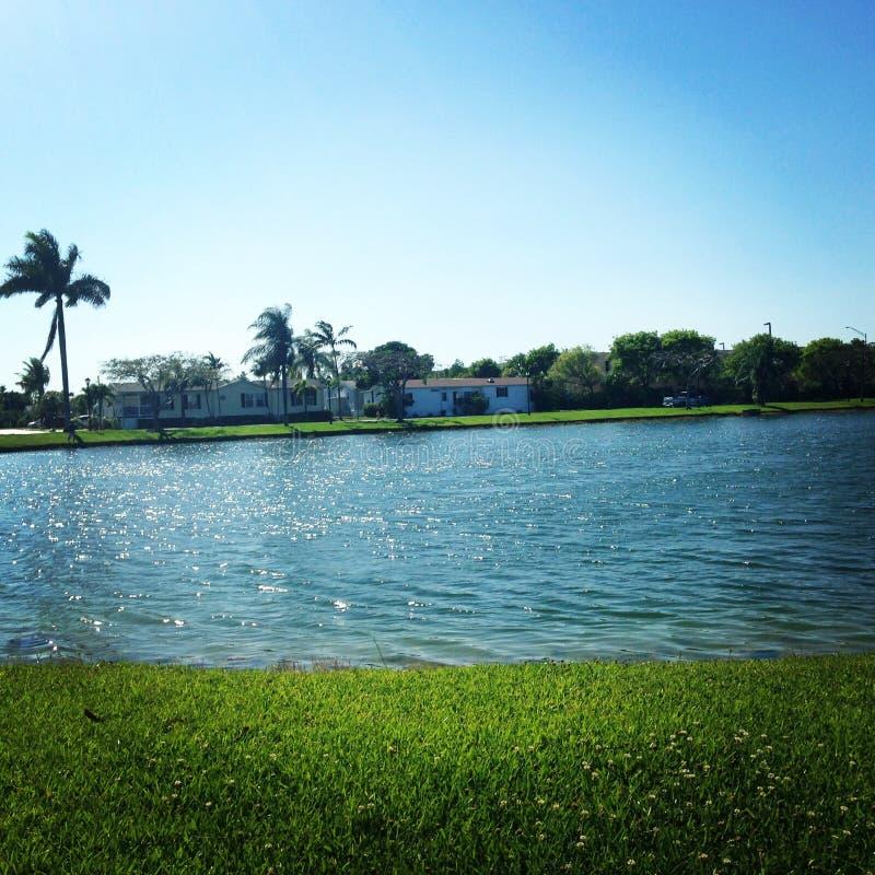 Soleil par le lac photographie stock