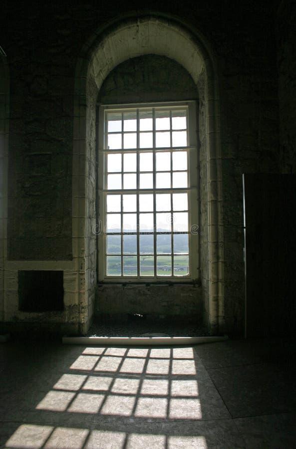 Soleil par Windows arqué dans le château Ecosse de Stirling images stock