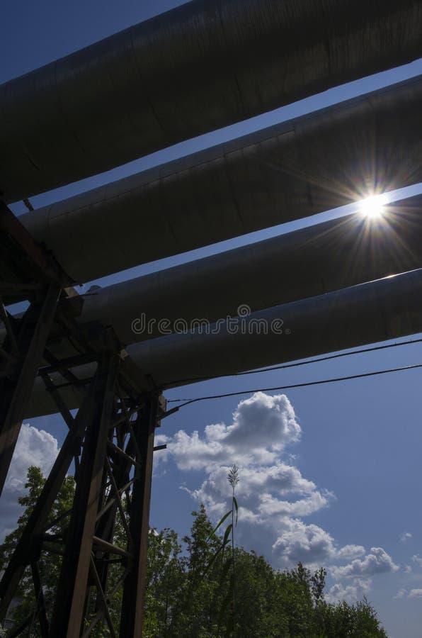 Soleil radiant et quatre tubes de la centrale thermique photos stock
