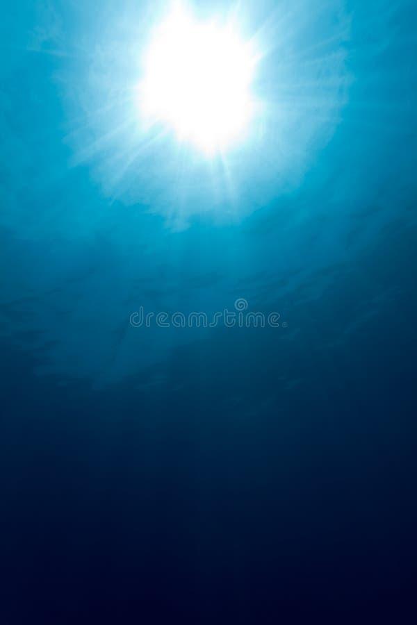 Soleil sous-marin avec des faisceaux images stock