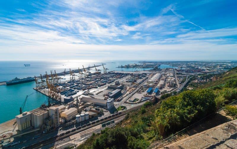 Soleil sur la mer baléare et l'expédition industrielle de Barcelone et ports de rail un jour ensoleillé de bleu-ciel photographie stock libre de droits