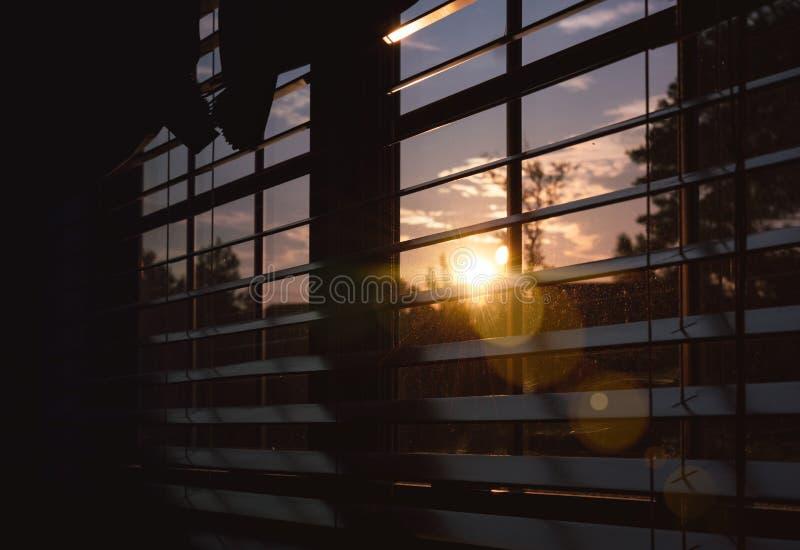 Soleil vu par une fenêtre images libres de droits