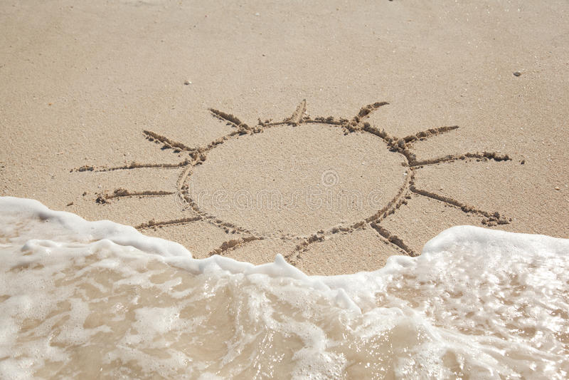 Solen drunknar på sanden royaltyfri foto