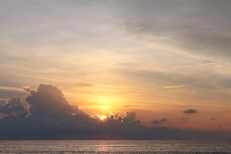 Solen försvinner bak de majestätiska molnen på solnedgången, Phuket arkivbilder