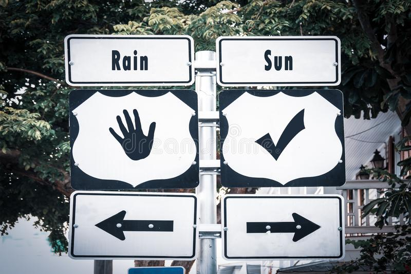 Solen f?r gatatecknet regnar kontra royaltyfria foton
