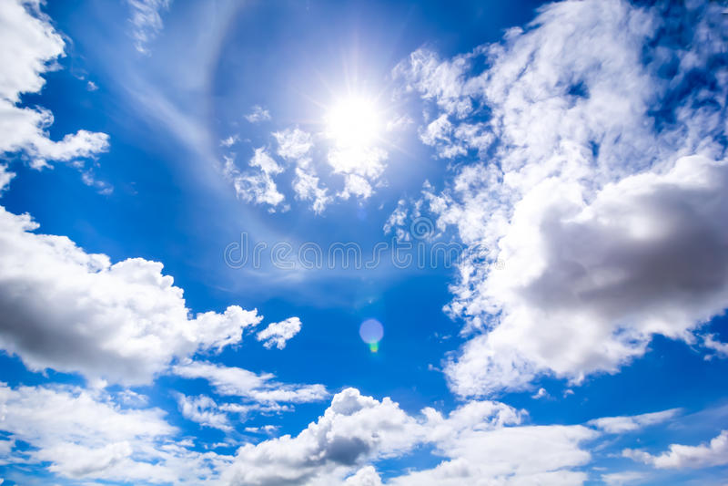 Solen i den blåa himlen för mitt- dag arkivbild