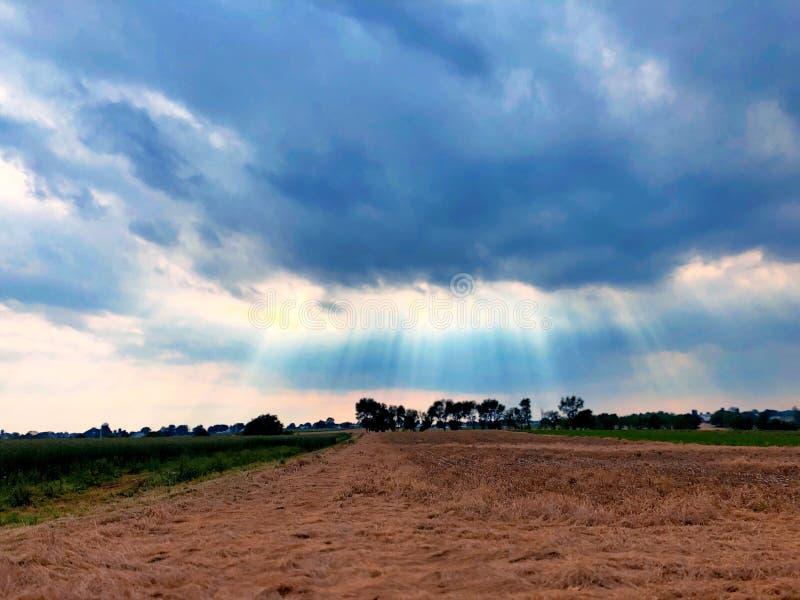 Solen kommer till och med molnen royaltyfria bilder