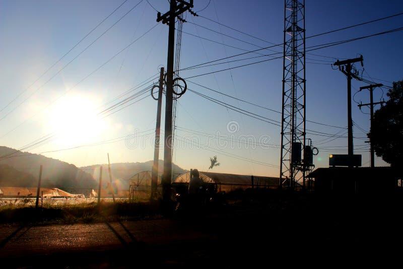 Solen och elektricitetsstolpen fotografering för bildbyråer