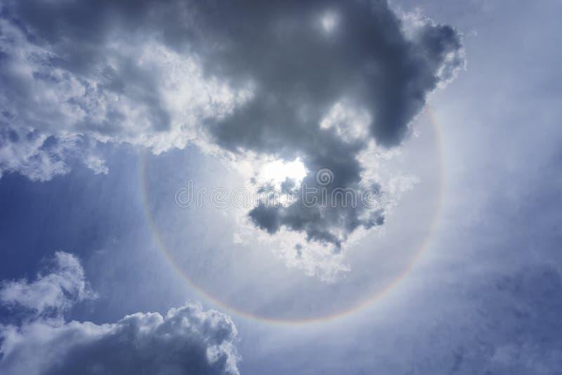 Solen och glorien ringer och fördunklar på blå himmel i solig dag royaltyfria bilder