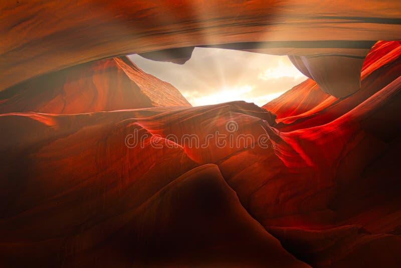 Solen Rays att skina till och med grottor i antilopkanjonen royaltyfria foton
