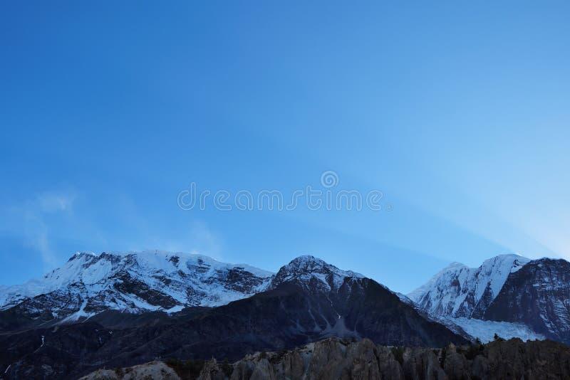 Solen rays i himlen över himalayasna arkivfoto