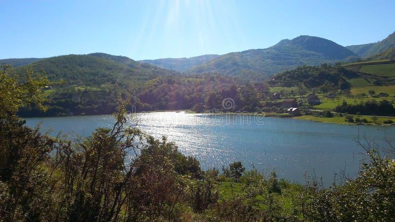 Solen rays reflexion på sjön arkivfoto